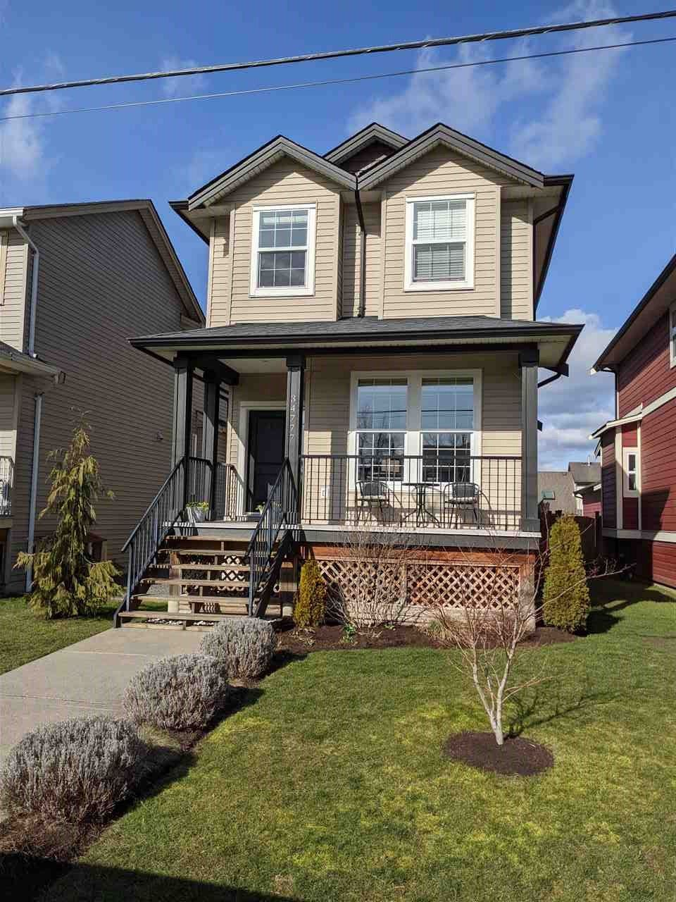 """Photo 1: Photos: 34777 1ST Avenue in Abbotsford: Poplar House for sale in """"Huntingdon Village"""" : MLS®# R2545017"""