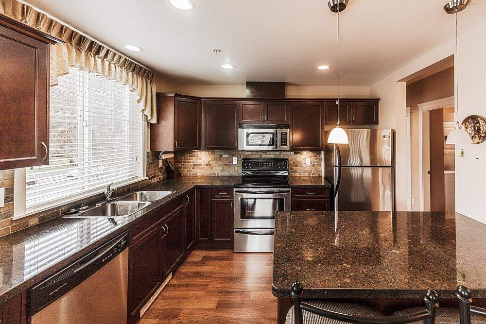 Photo 7: Photos: 211 33338 MAYFAIR Avenue in Abbotsford: Central Abbotsford Condo for sale : MLS®# R2327963