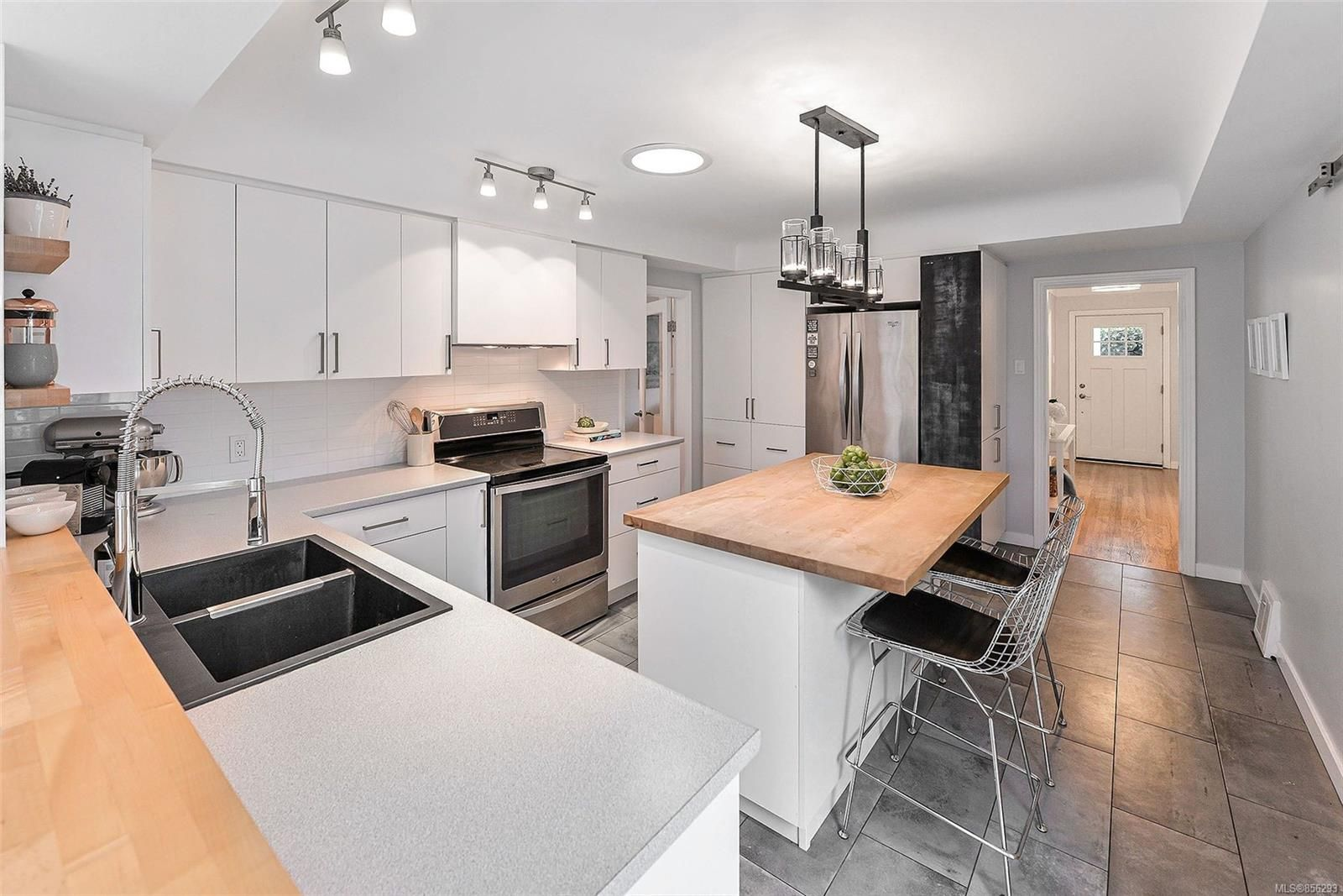 Photo 9: Photos: 1753 Armstrong Ave in : OB North Oak Bay House for sale (Oak Bay)  : MLS®# 856293