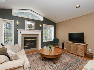 Photo 2: 10 830 Rogers Ave in VICTORIA: SE High Quadra Row/Townhouse for sale (Saanich East)  : MLS®# 833817