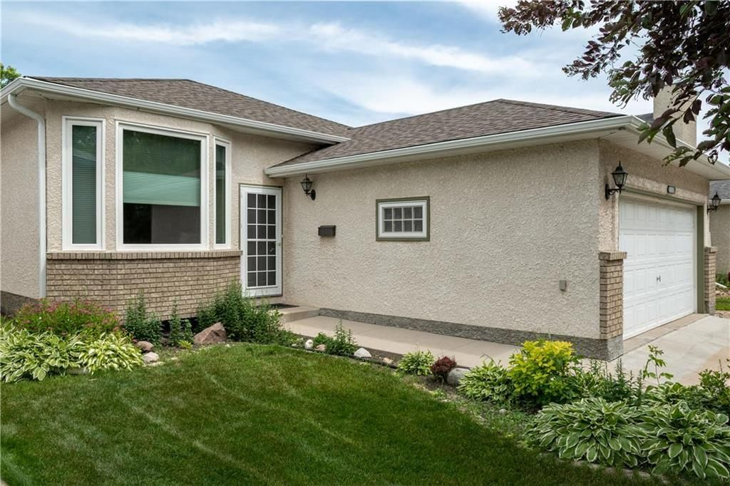 Photo 2: Photos: 1115 Waterford Avenue in Winnipeg: West Fort Garry Residential for sale (1Jw)  : MLS®# 202116113