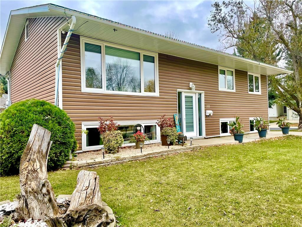 Main Photo: 101 Park Crescent in Dauphin: R30 Residential for sale (R30 - Dauphin and Area)  : MLS®# 202125015