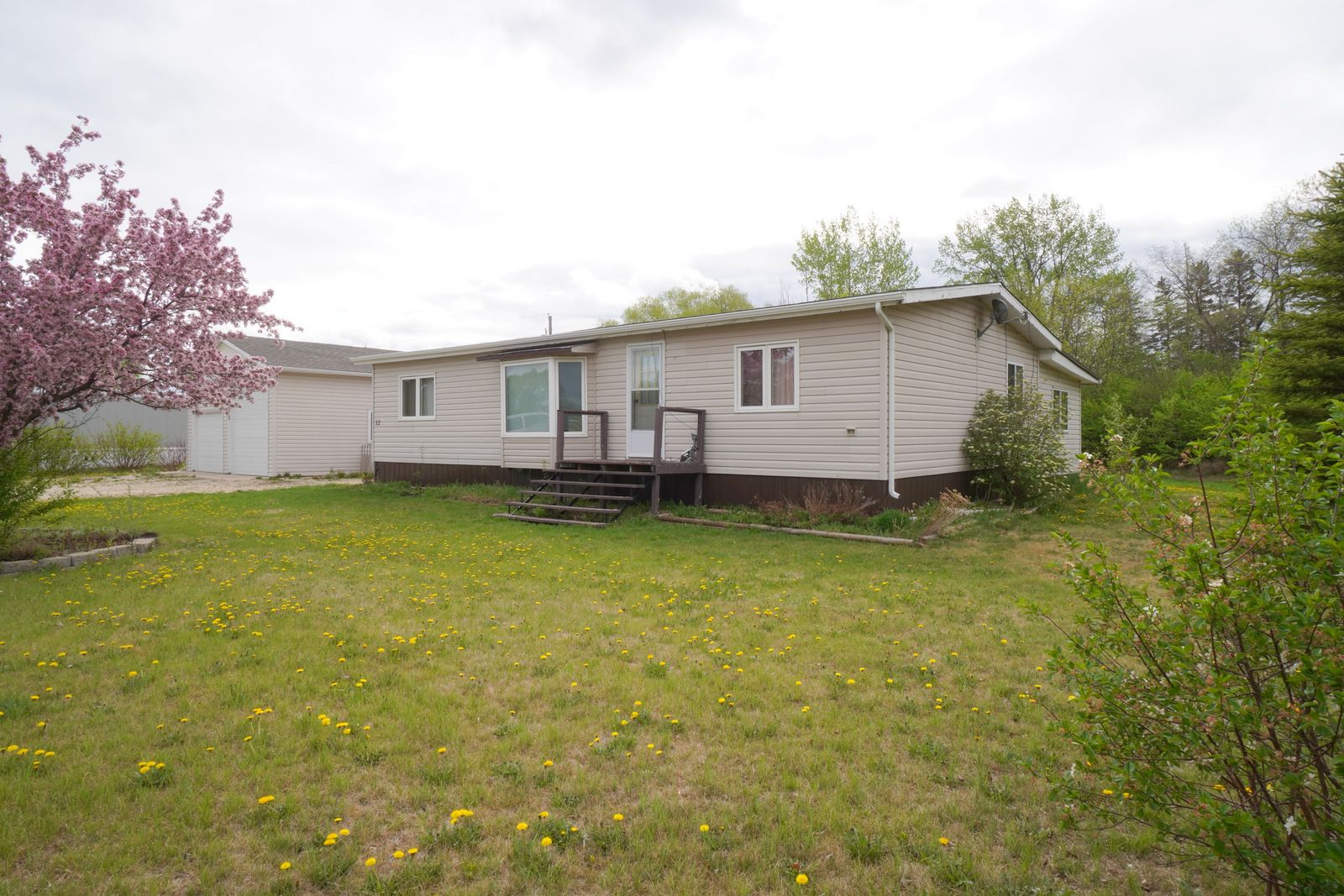 Main Photo: 12 King Crescent in Portage la Prairie RM: House for sale : MLS®# 202112403