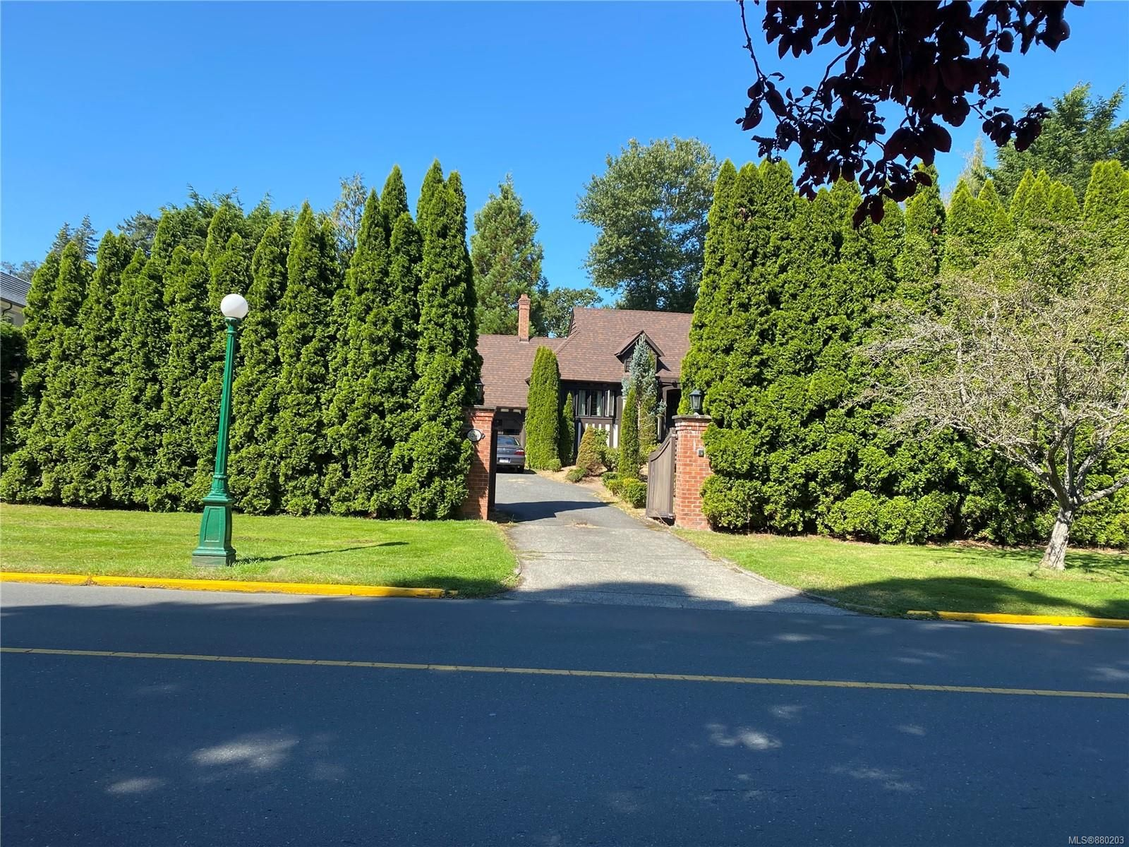 Main Photo: 3260 Beach Dr in Oak Bay: OB Uplands House for sale : MLS®# 880203