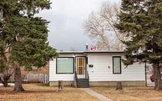 Photo 2: 901 42 Street SE in Calgary: Forest Lawn Detached for sale : MLS®# A1083425