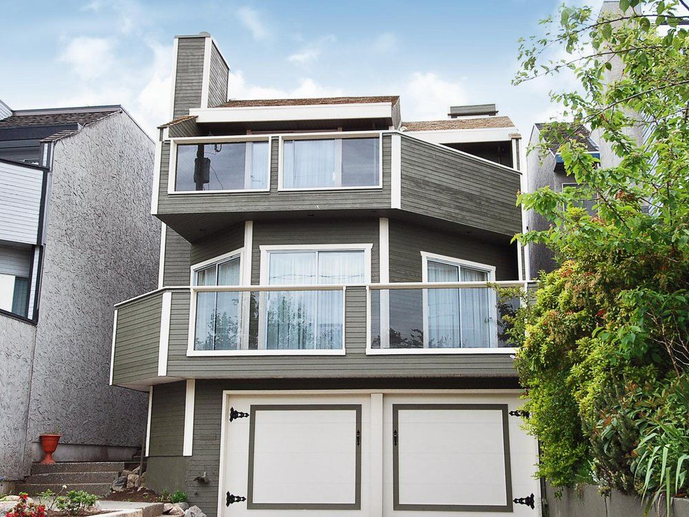 Main Photo: 15821 Columbia Avenue in White Rock: Home for sale : MLS®# F2833600