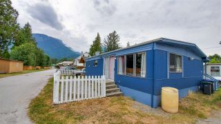 """Photo 2: 18 40022 GOVERNMENT Road in Squamish: Garibaldi Estates Manufactured Home for sale in """"Angelo's Trailer Park"""" : MLS®# R2386554"""