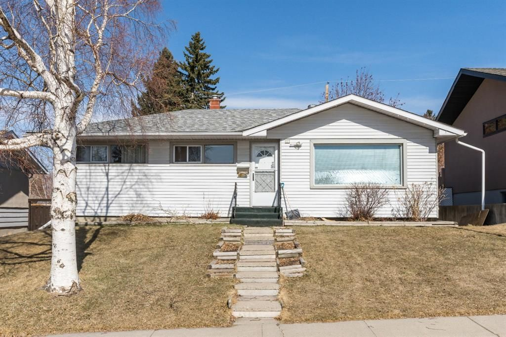 Main Photo: 127 Ferncliff Crescent SE in Calgary: Fairview Detached for sale : MLS®# A1088443
