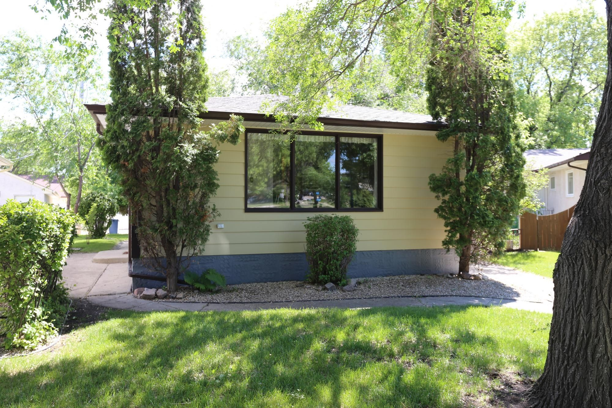 Photo 2: Photos: 1320 Valour Road in Winnipeg: West End Single Family Detached for sale (5C)  : MLS®# 1816744