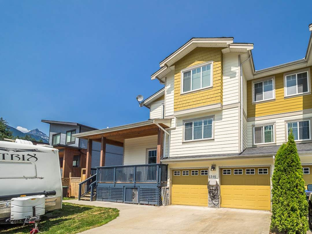 Main Photo: 1391 DEPOT Road in Squamish: Brackendale 1/2 Duplex for sale : MLS®# R2292878