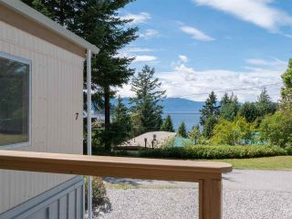 """Photo 2: 7 12248 SUNSHINE COAST Highway in Madeira Park: Pender Harbour Egmont Manufactured Home for sale in """"SEVEN ISLES"""" (Sunshine Coast)  : MLS®# R2604086"""
