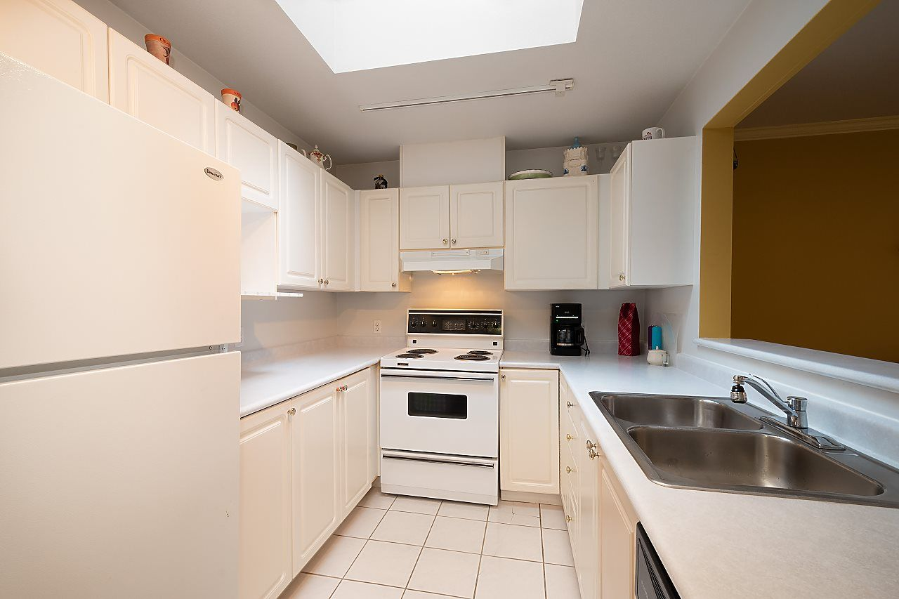"""Photo 6: Photos: 306 9767 140 Street in Surrey: Whalley Condo for sale in """"Fraser Gate"""" (North Surrey)  : MLS®# R2441933"""