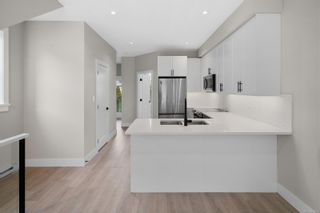 Photo 7: 2706 Graham St in Victoria: Vi Hillside Row/Townhouse for sale : MLS®# 884555