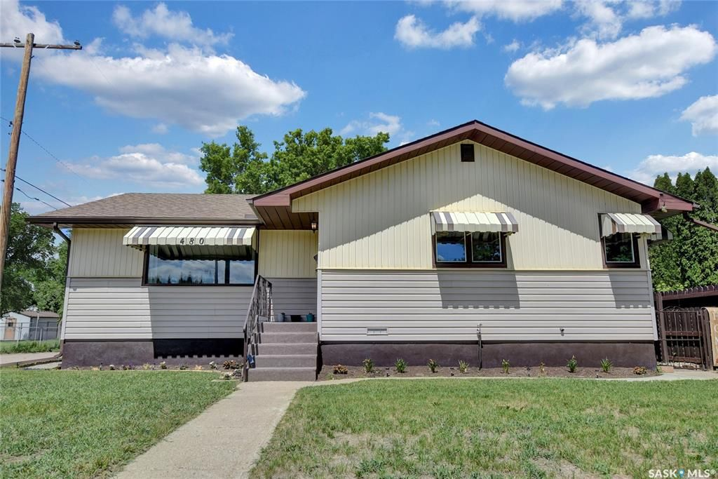 Main Photo: 480 Iroquois Street West in Moose Jaw: Westmount/Elsom Residential for sale : MLS®# SK860047