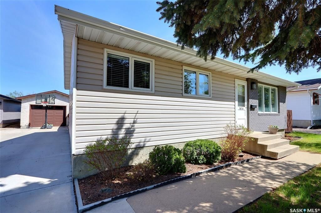 Main Photo: 1414 Lacroix Crescent in Prince Albert: Carlton Park Residential for sale : MLS®# SK856688