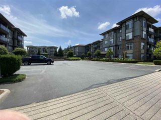 Photo 2: 402 2068 SANDALWOOD CRESCENT in Abbotsford: Central Abbotsford Condo for sale : MLS®# R2469396