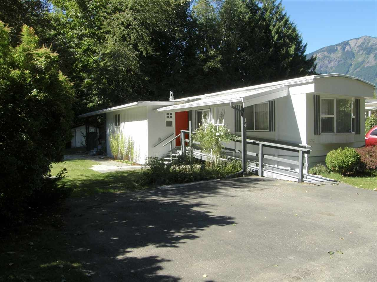 Main Photo: 14 62010 FLOOD HOPE Road in Hope: Hope Center Manufactured Home for sale : MLS®# R2495663