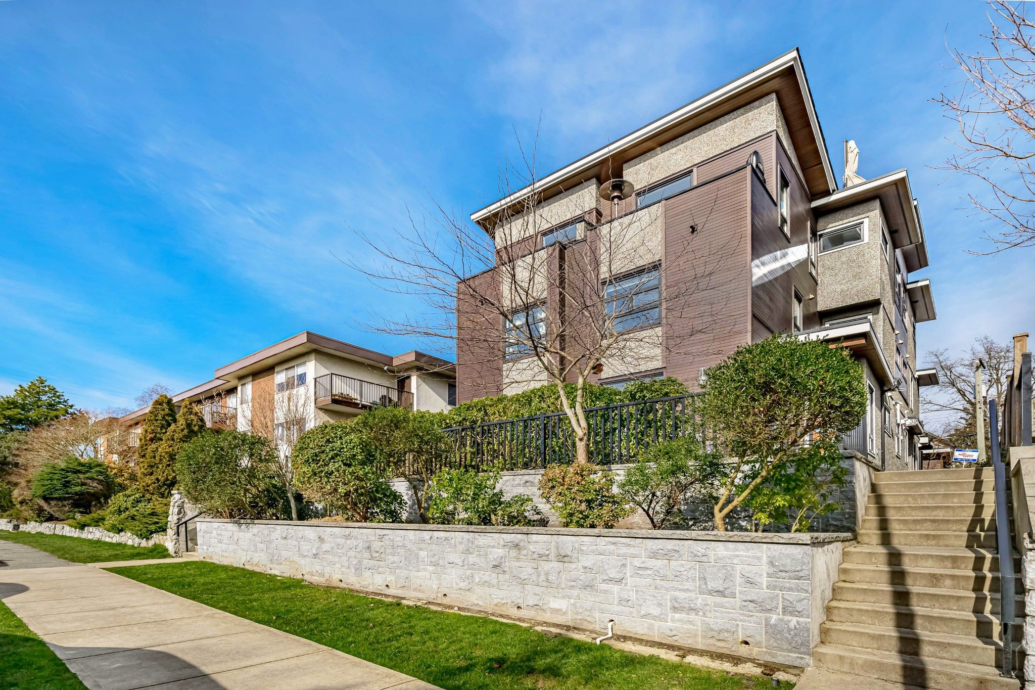 """Main Photo: 39 E 13TH Avenue in Vancouver: Mount Pleasant VE Townhouse for sale in """"Mount Pleasant"""" (Vancouver East)  : MLS®# R2439873"""