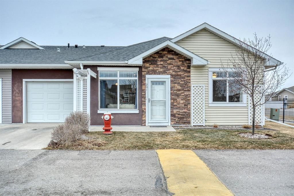 Main Photo: 201 Sunvale Crescent NE: High River Row/Townhouse for sale : MLS®# A1055962
