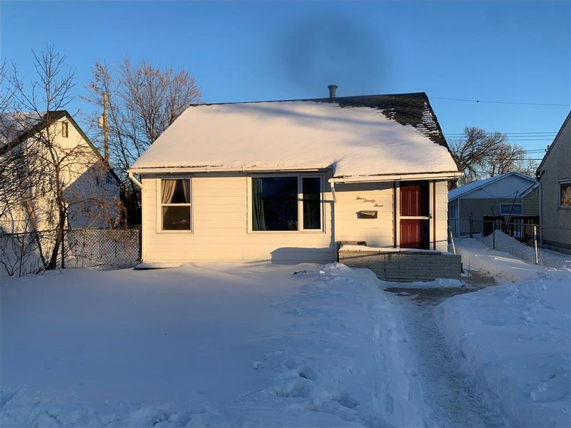 FEATURED LISTING: 423 Minnigaffe Street Winnipeg