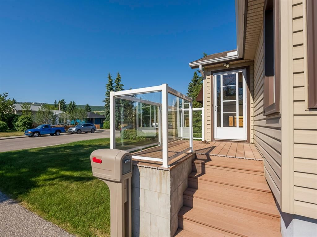 Main Photo: 6408 33 Avenue NW in Calgary: Bowness Detached for sale : MLS®# A1125876