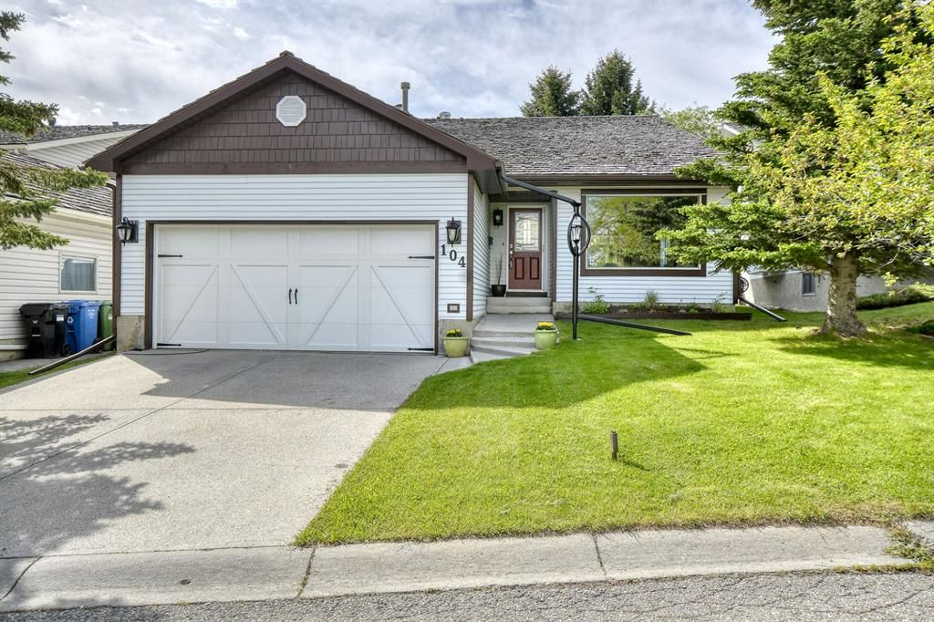 Main Photo: 104 Stratton Hill Rise SW in Calgary: Strathcona Park Detached for sale : MLS®# A1120413