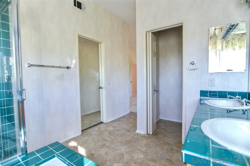 Photo 10: Photos: OCEANSIDE House for sale : 5 bedrooms : 5757 Spur Avenue