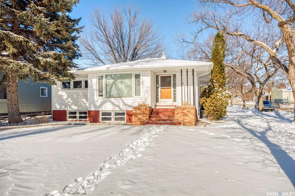 Main Photo: 502 Athabasca Street West in Moose Jaw: Central MJ Residential for sale : MLS®# SK842871
