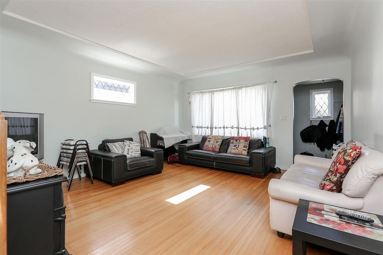 Photo 3: Photos: 4420 NANAIMO Street in Vancouver: Collingwood VE House for sale (Vancouver East)  : MLS®# R2006921