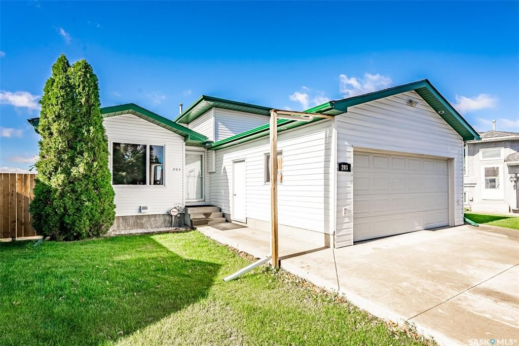 Main Photo: 203 Carter Crescent in Saskatoon: Confederation Park Residential for sale : MLS®# SK870496