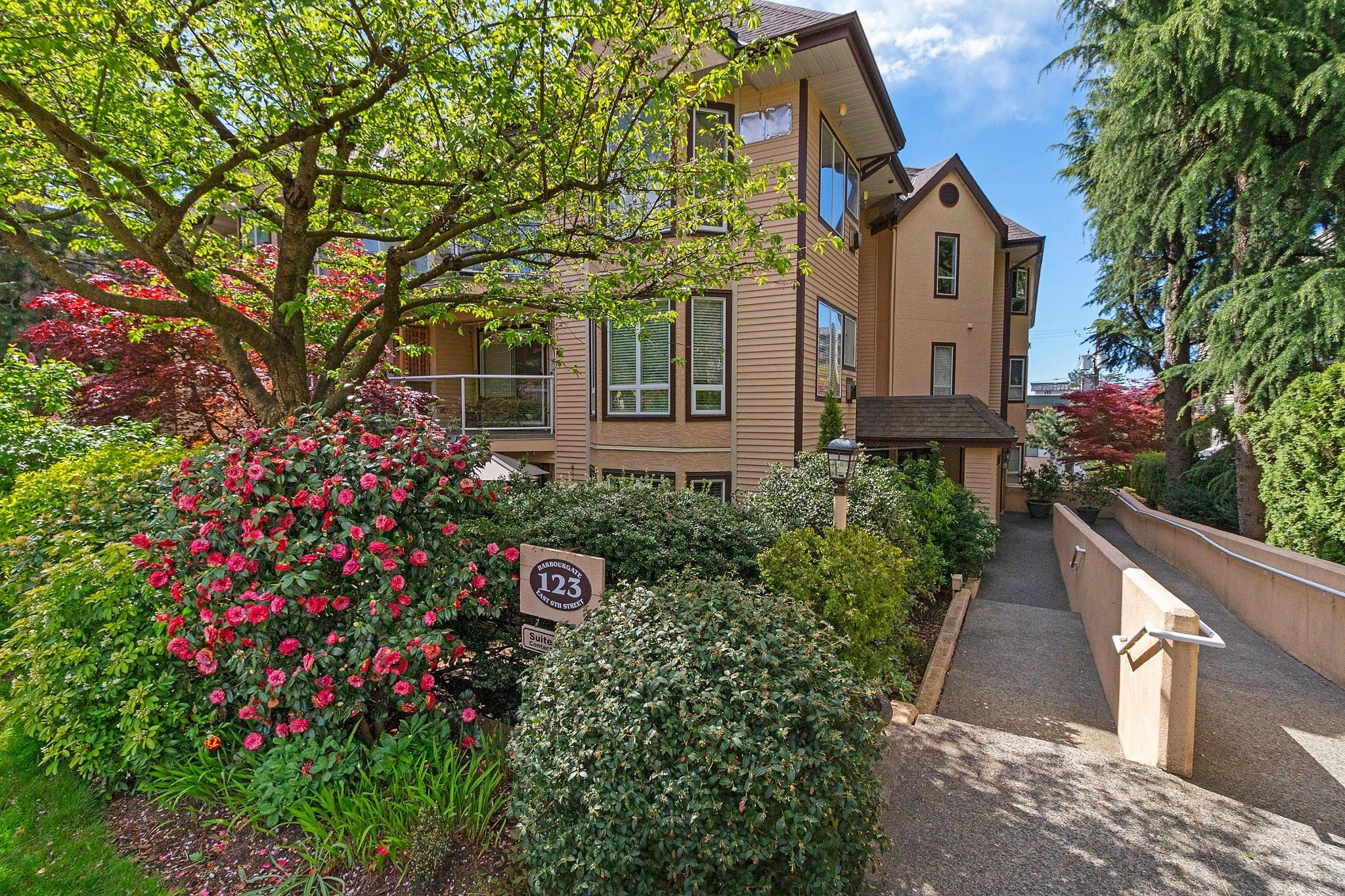"Main Photo: 101 123 E 6TH Street in North Vancouver: Lower Lonsdale Condo for sale in ""HARBOURGATE"" : MLS®# R2364777"