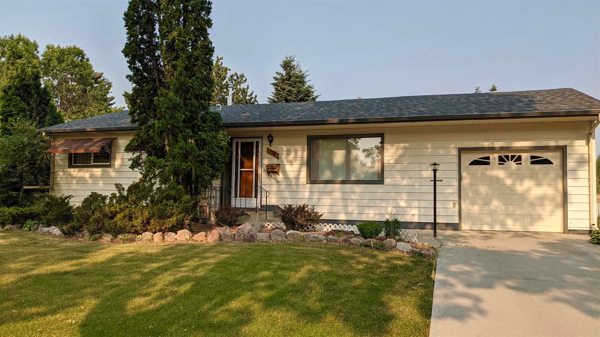 Main Photo: 114 WILLOW Street: Sherwood Park House for sale : MLS®# E4254867