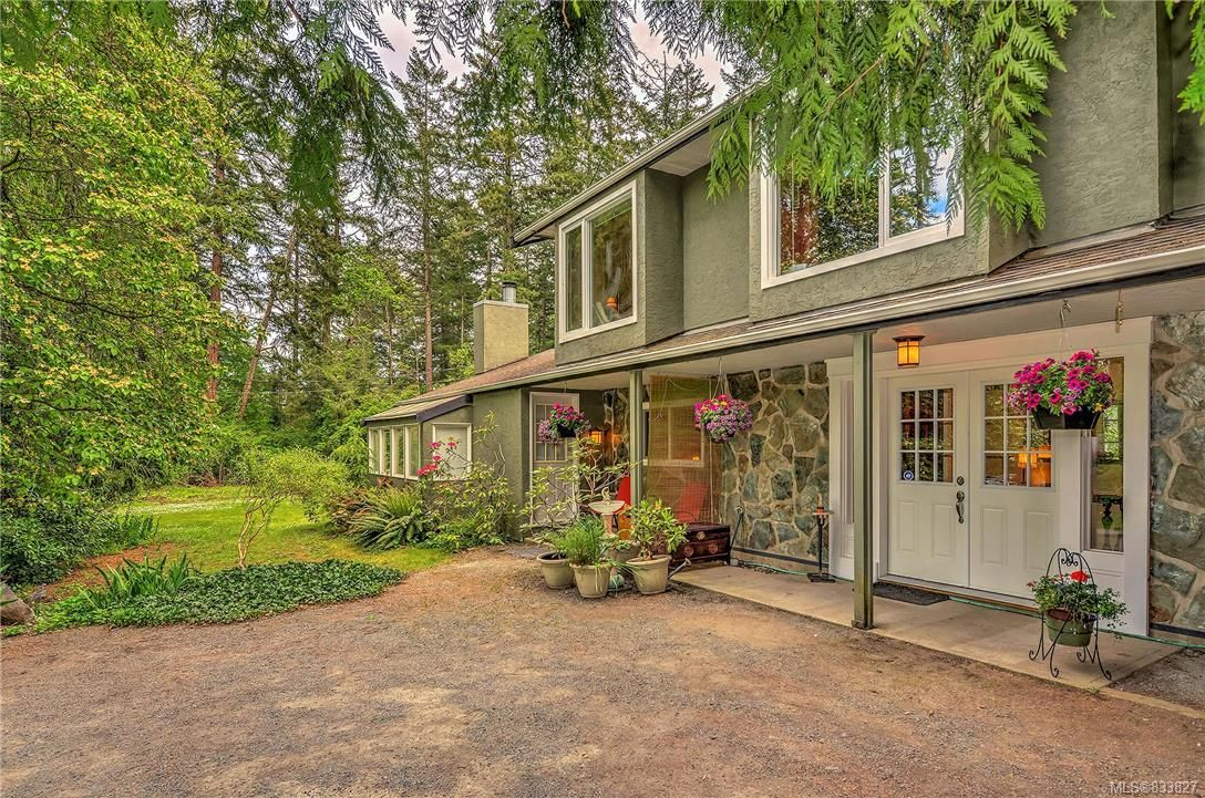 Main Photo: 385 IVOR Rd in Saanich: SW Prospect Lake House for sale (Saanich West)  : MLS®# 833827