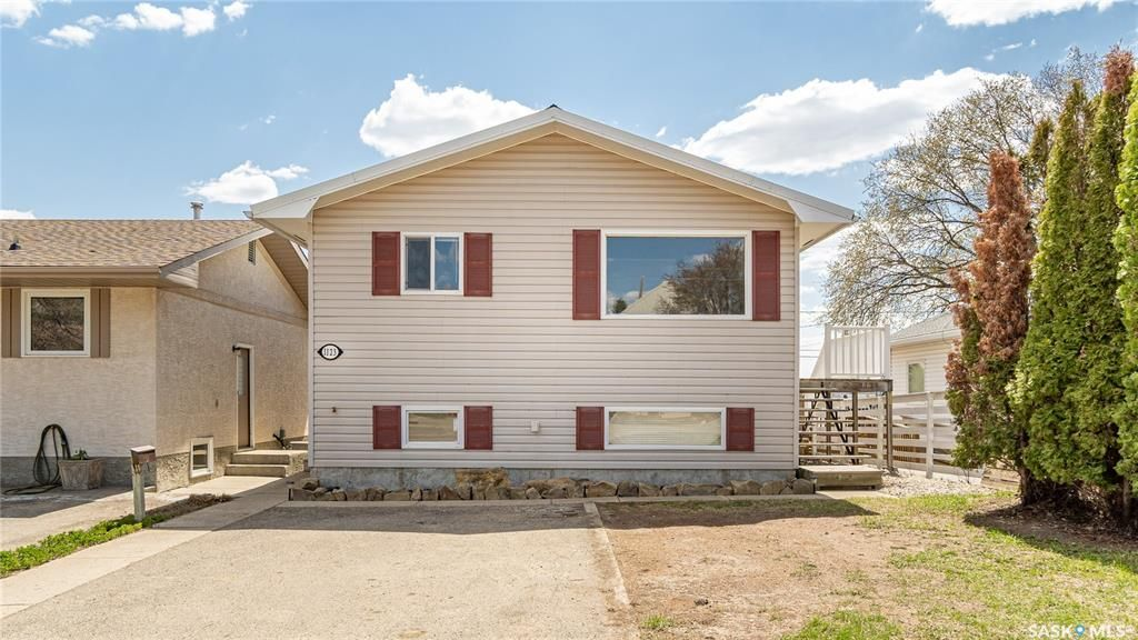 Main Photo: 1123 Athabasca Street West in Moose Jaw: Palliser Residential for sale : MLS®# SK854767