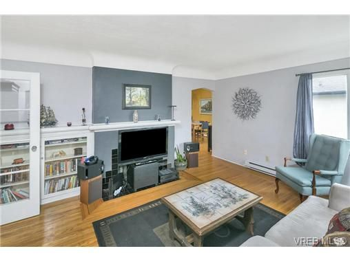 Photo 12: Photos: 3055 Carroll St in VICTORIA: Vi Burnside House for sale (Victoria)  : MLS®# 728046