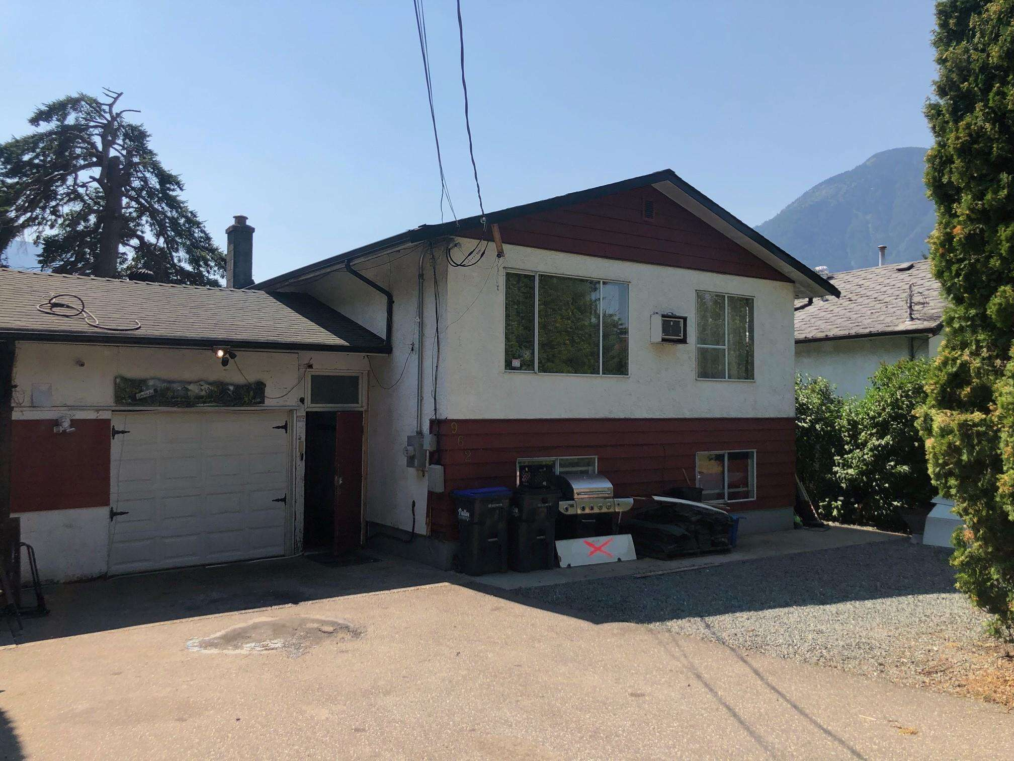 Main Photo: 962 3RD Avenue in Hope: Hope Center House for sale : MLS®# R2602082