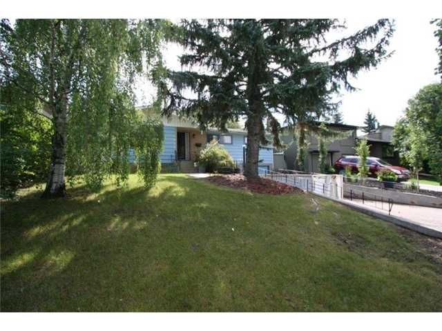 Main Photo: 4036 CHATHAM Place NW in CALGARY: Charleswood Residential Detached Single Family for sale (Calgary)  : MLS®# C3630774