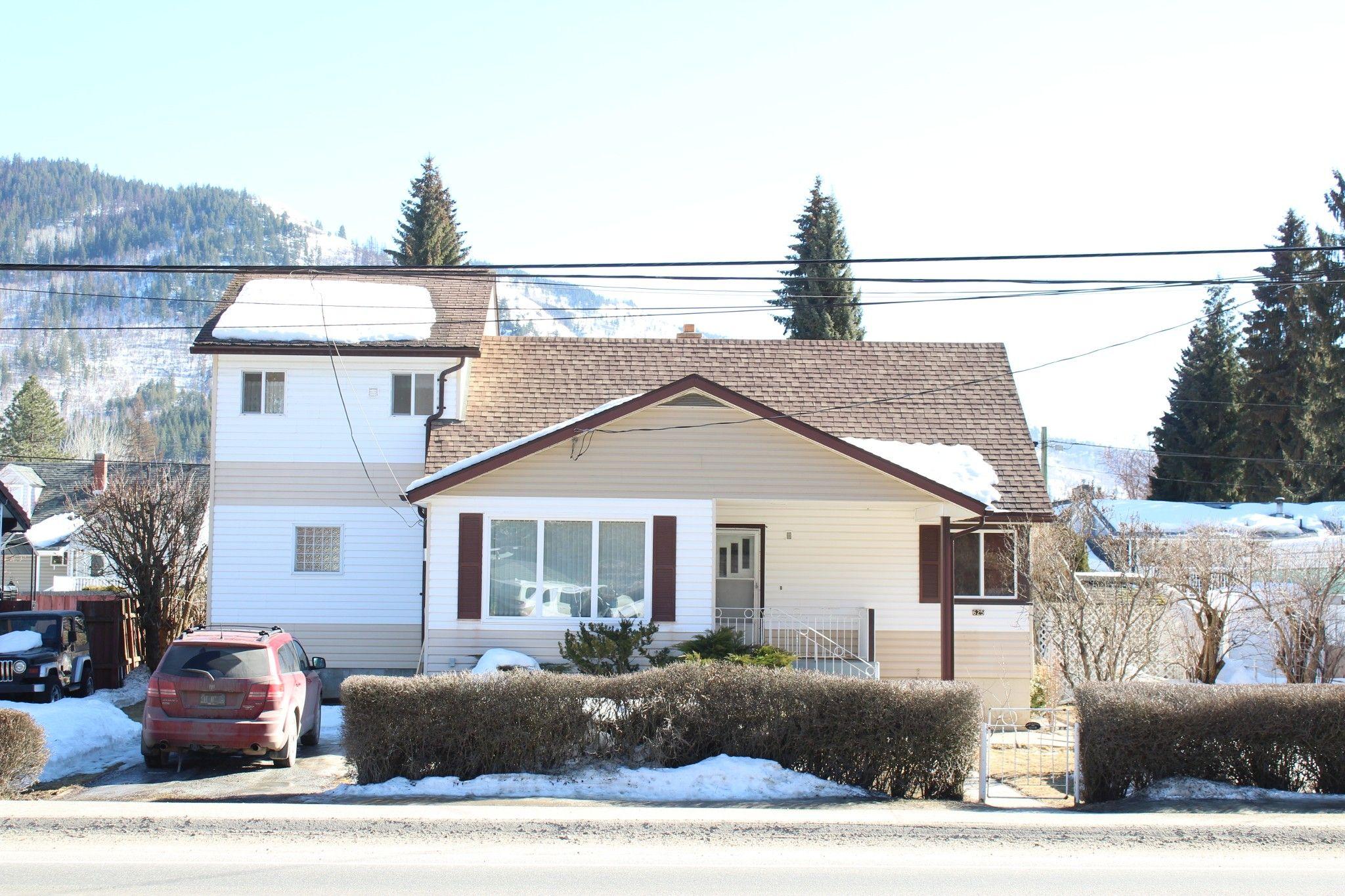 Main Photo: 625 10th Avenue: Montrose House for sale