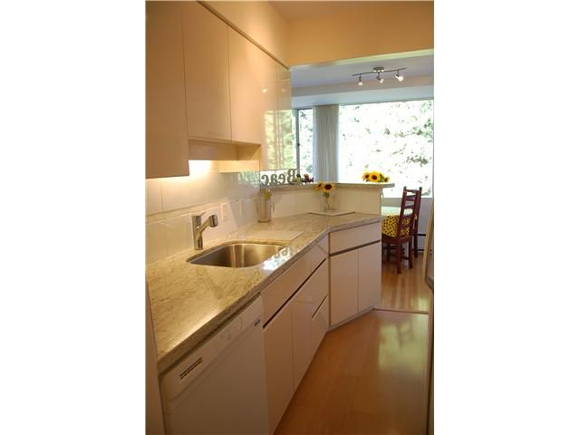 "Main Photo: 211 2290 MARINE Drive in West Vancouver: Dundarave Condo for sale in ""SEAVIEW GARDENS"" : MLS®# V908588"