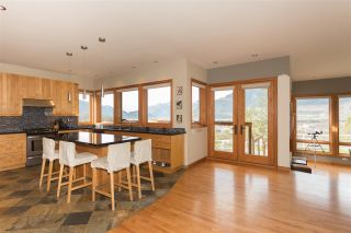 Photo 3: 2001 CLIFFSIDE Lane in Squamish: Hospital Hill House for sale : MLS®# R2249140
