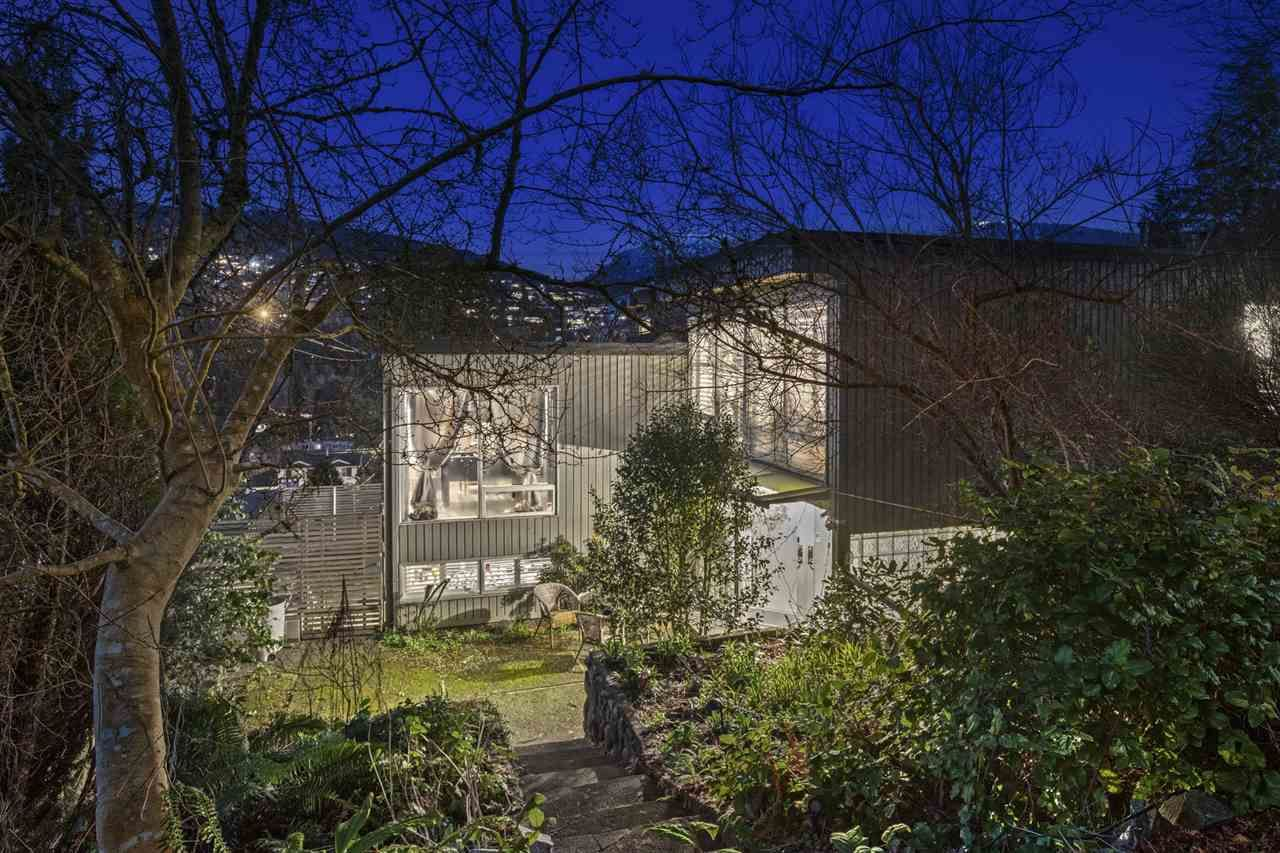Main Photo: 925 INGLEWOOD Avenue in West Vancouver: Sentinel Hill House for sale : MLS®# R2560692