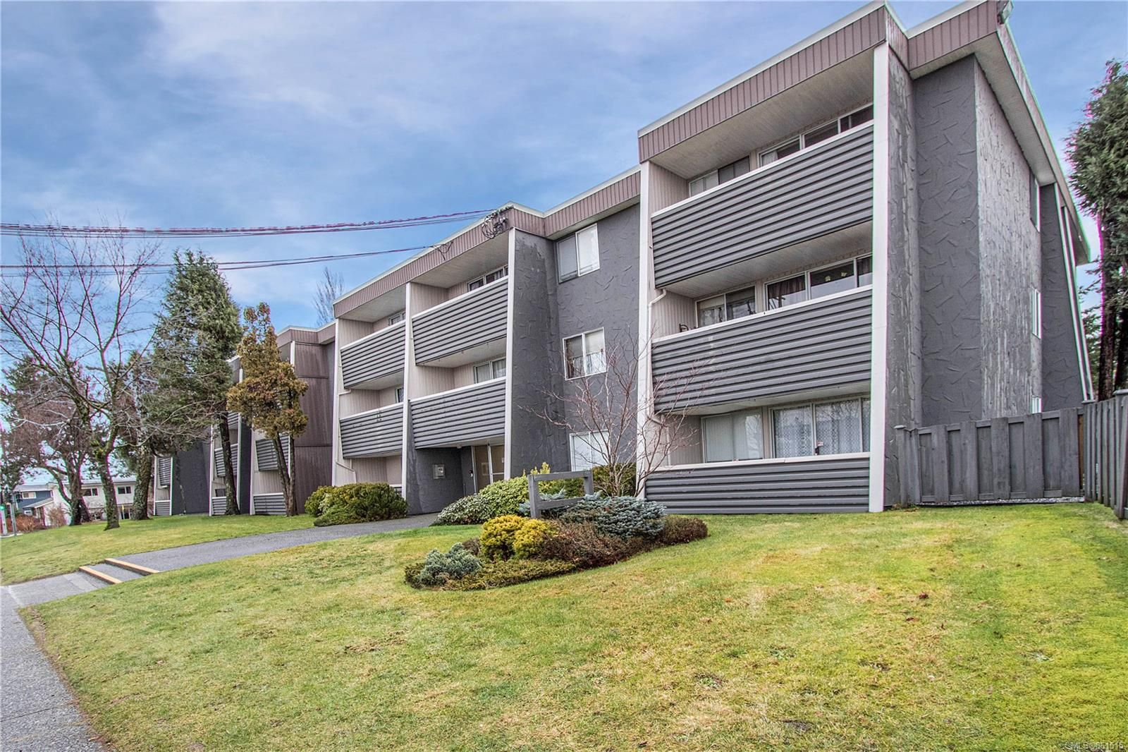 Main Photo: 101 377 Dogwood St in : CR Campbell River Central Condo for sale (Campbell River)  : MLS®# 861515