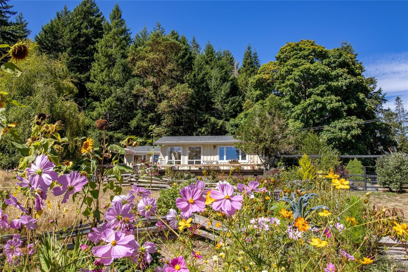 Main Photo: 4205 Armadale Rd in : GI Pender Island House for sale (Gulf Islands)  : MLS®# 885451