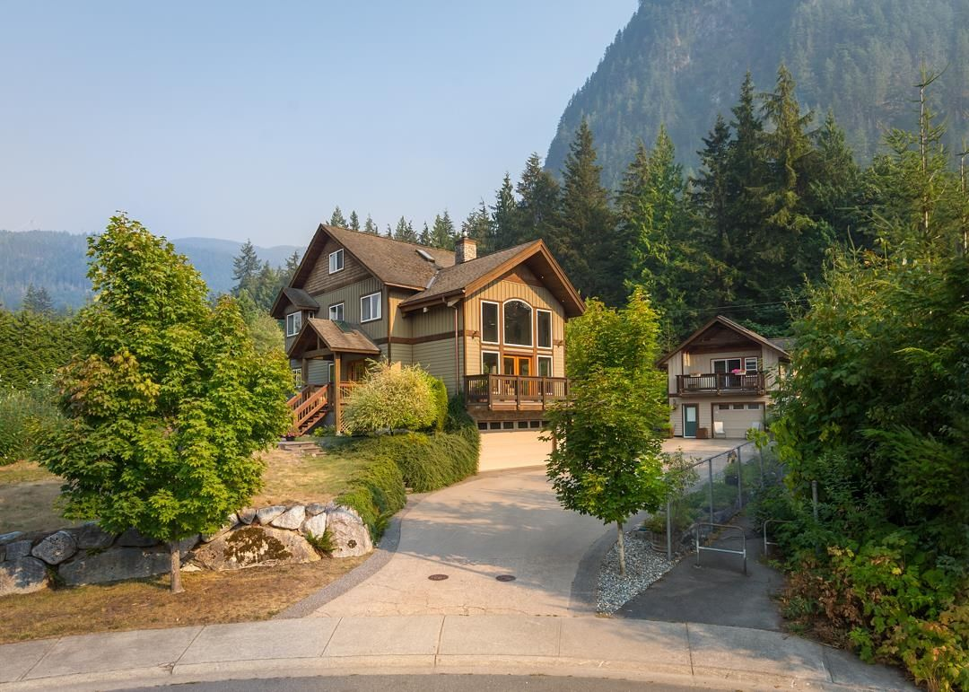 """Main Photo: 1002 BALSAM Place in Squamish: Valleycliffe House for sale in """"RAVENS PLATEAU"""" : MLS®# R2611481"""