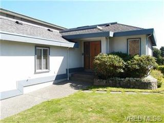 Photo 3: 2545 Beach Dr in Victoria: House for sale : MLS®# 356036