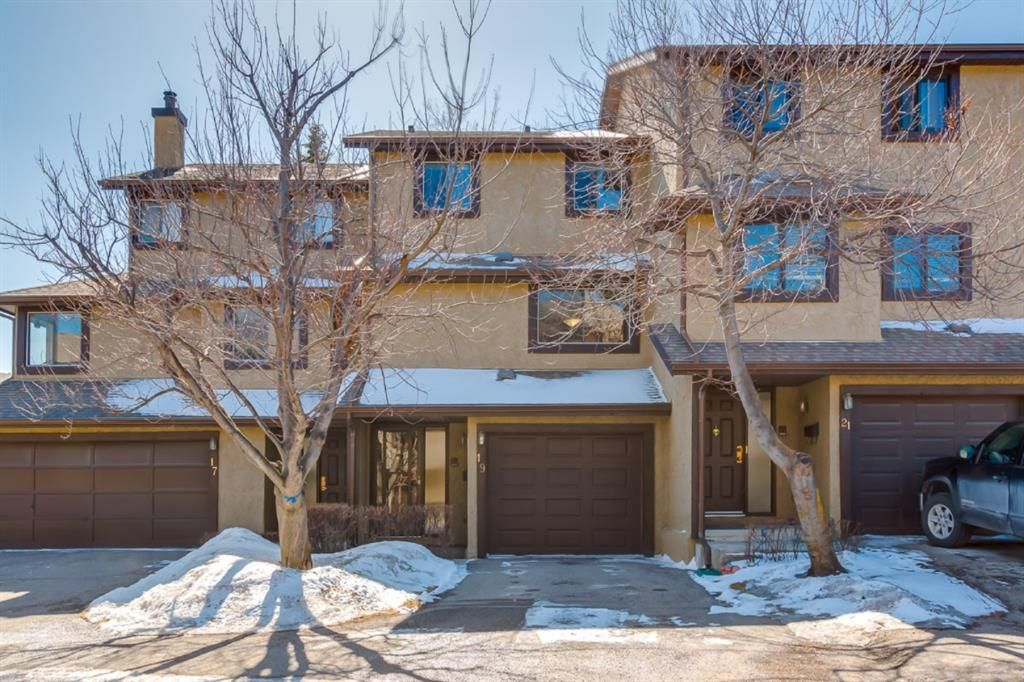 Main Photo: 19 Glamis Gardens SW in Calgary: Glamorgan Row/Townhouse for sale : MLS®# A1085553