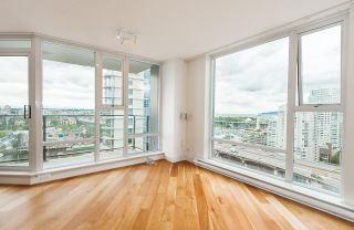 """Photo 4: 2302 583 BEACH Crescent in Vancouver: Yaletown Condo for sale in """"Park West 2 Yaletown"""" (Vancouver West)  : MLS®# R2179212"""