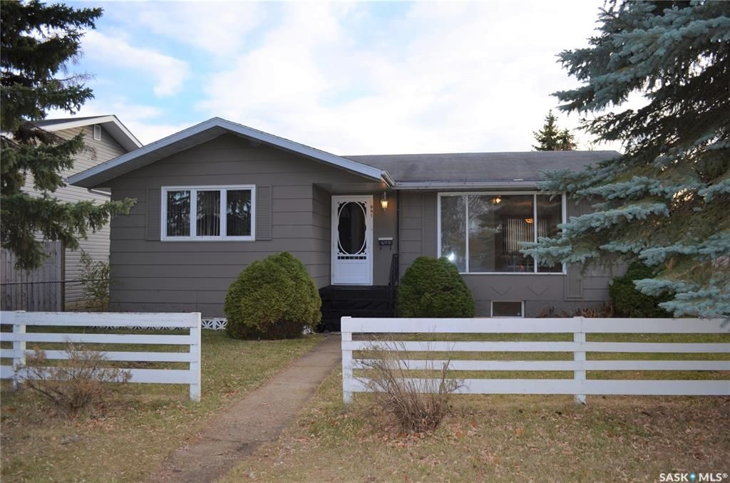 Main Photo: 641 5th Street East in Prince Albert: East Flat Residential for sale : MLS®# SK832079