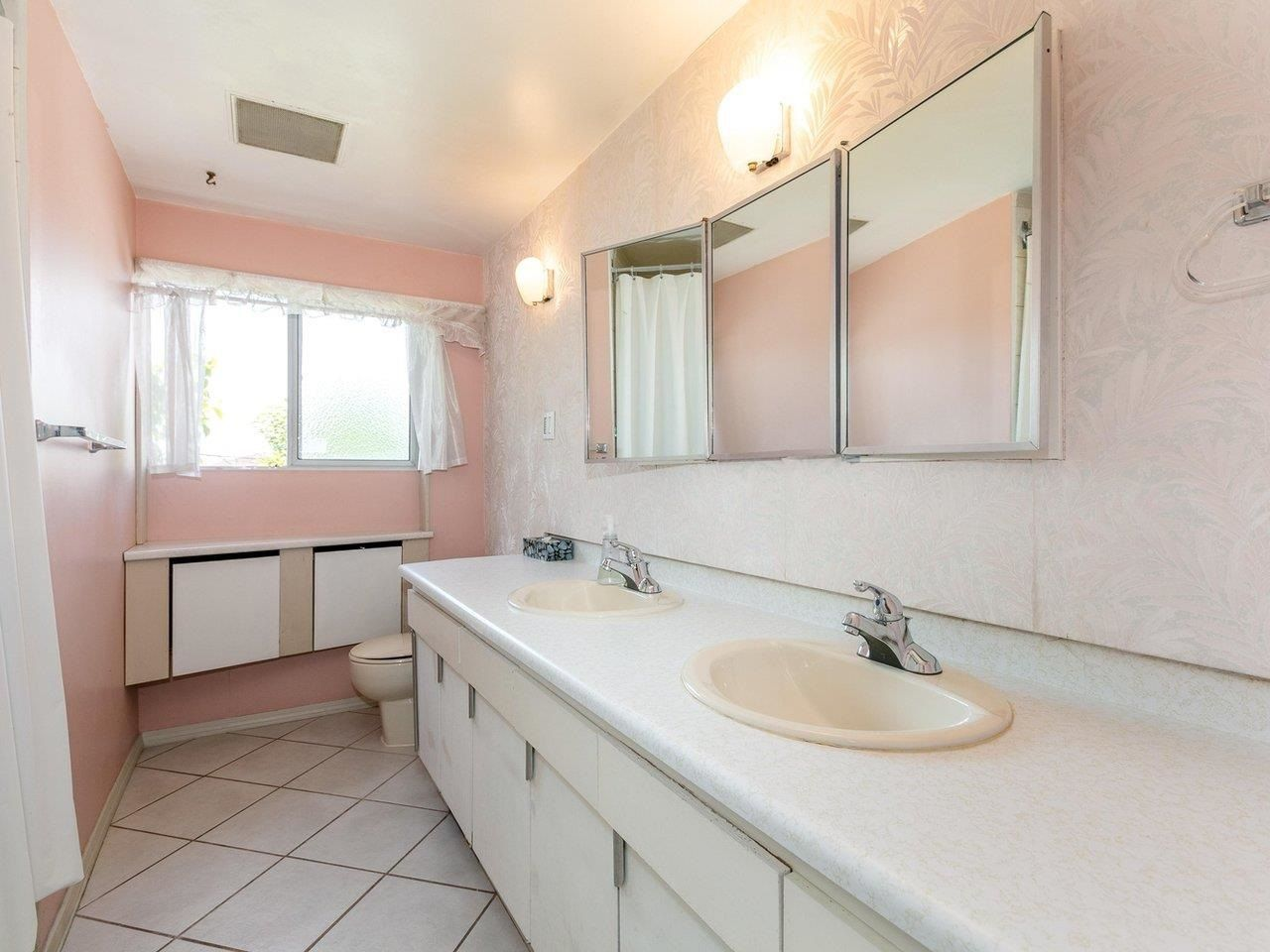 Photo 14: Photos: 6860 HYCREST Drive in Burnaby: Montecito House for sale (Burnaby North)  : MLS®# R2594917