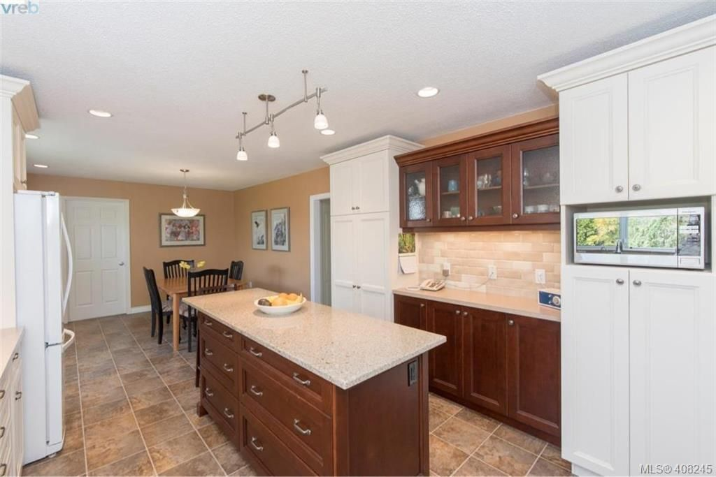Photo 8: Photos: 546 Roseridge Pl in VICTORIA: SW Northridge House for sale (Saanich West)  : MLS®# 811318